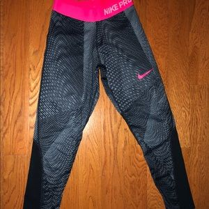 Like new!! Nike pro capris. Size large